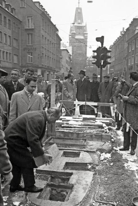 Am 15. November 1965 hatte  Oberbürger... genau in die Kreuzungsmitte, verlegt.  | Foto: Stadtarchiv Freiburg/Ingo Schneider
