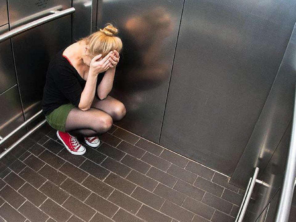 Panikattacken bekommen Betroffene oft,...rrt fühlen – etwa im Fahrstuhl.   | Foto: dpa