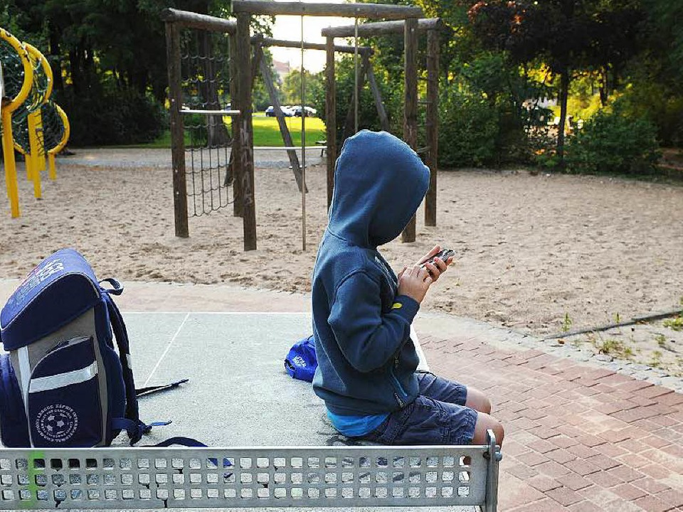 Auf den Schulhöfen machen auch schreckliche Enthauptungsvideos die Runde.  | Foto: dpa