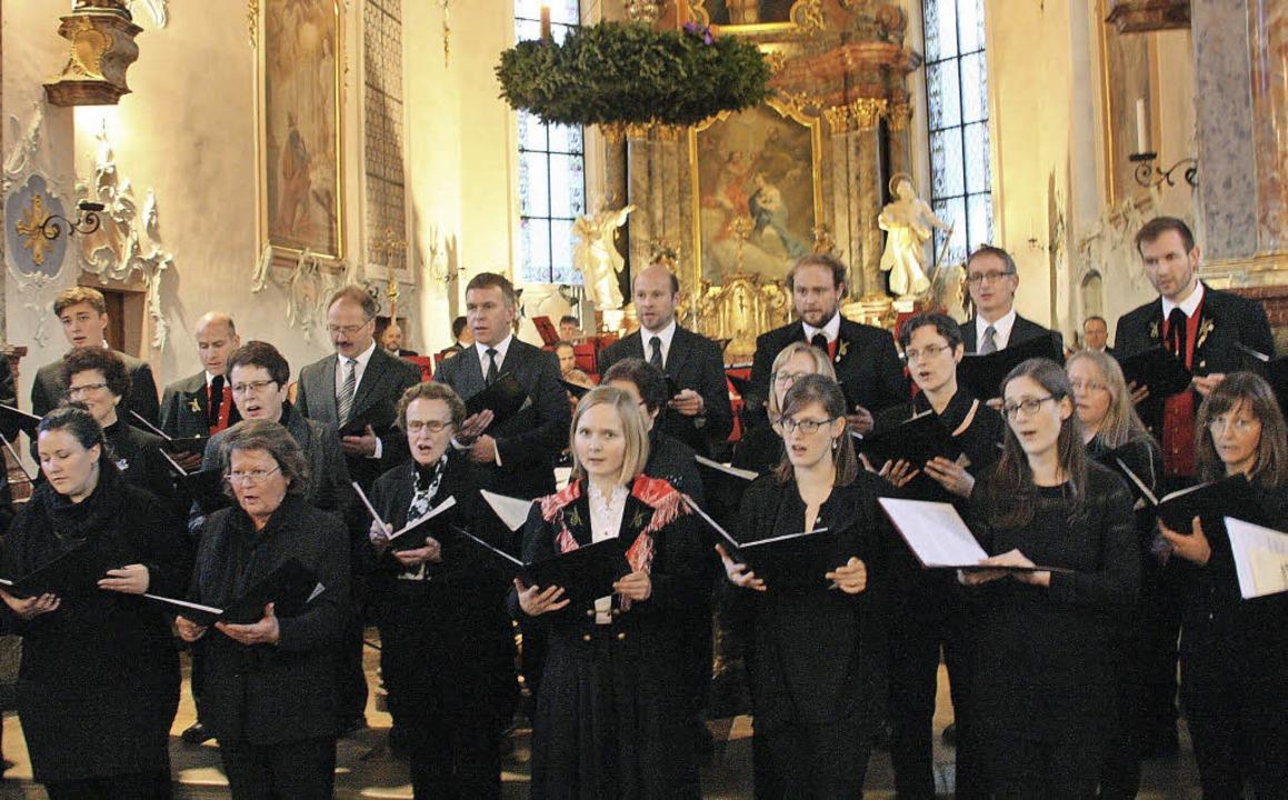 Der Kirchenchor St. Ulrich, geleitet von Lisa Hummel  | Foto: Hans Jürgen Kugler