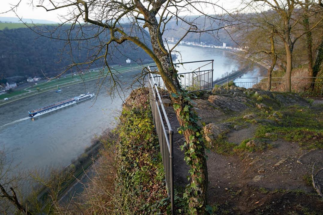 Je mehr sich der Rhein der Grenze zu d...ung. Hier ein Bild vom Loreleyplateau.  | Foto: dpa