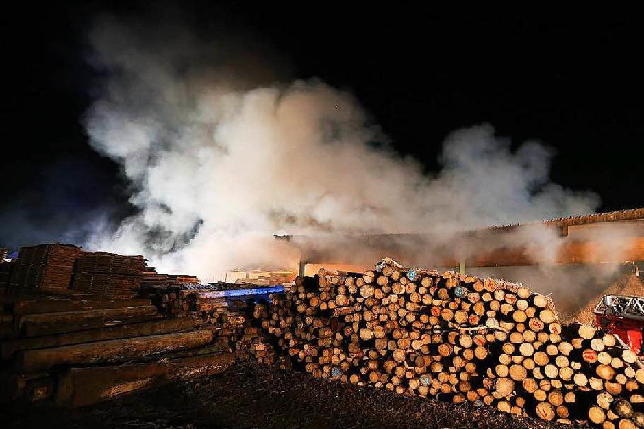 Großeinsatz  im Schwarzwald: In einem Sägewerk in Urach ist ein Feuer ausgebrochen. (Foto: Kamera24)