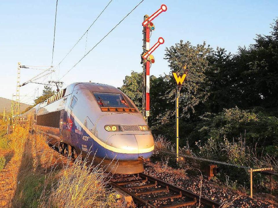 Der TGV aus Frankreich  verlässt hier ...rg und passiert die alten Formsignale.  | Foto: Heinz Göttlich