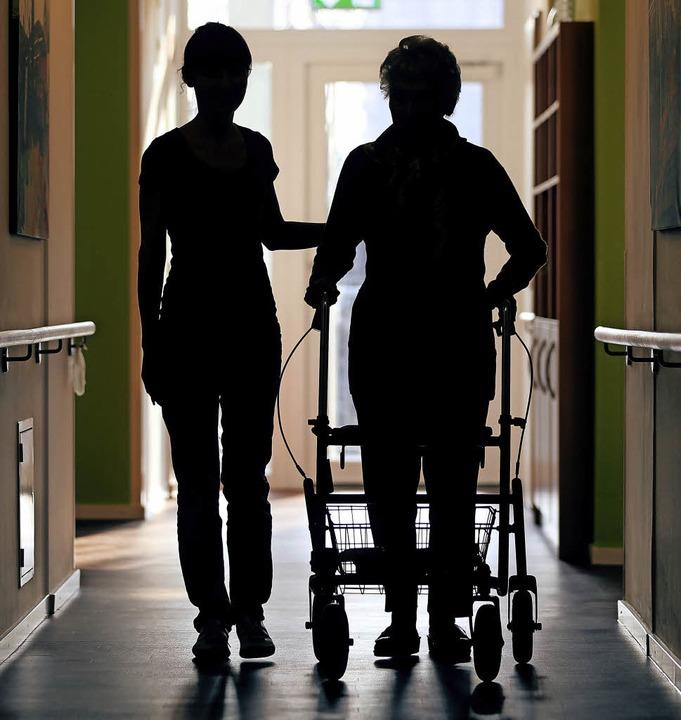 Auf fremde Hilfe angewiesen sein ohne ...htes Unterfangen für ältere Menschen.   | Foto: Privat/dpa