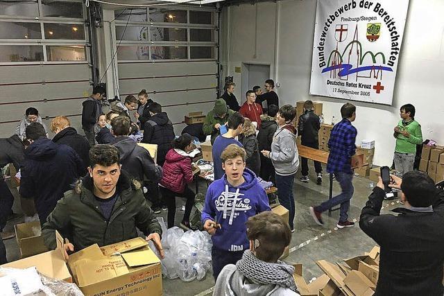 BBZ-Schüler helfen beim Packen von Hygiene-Sets