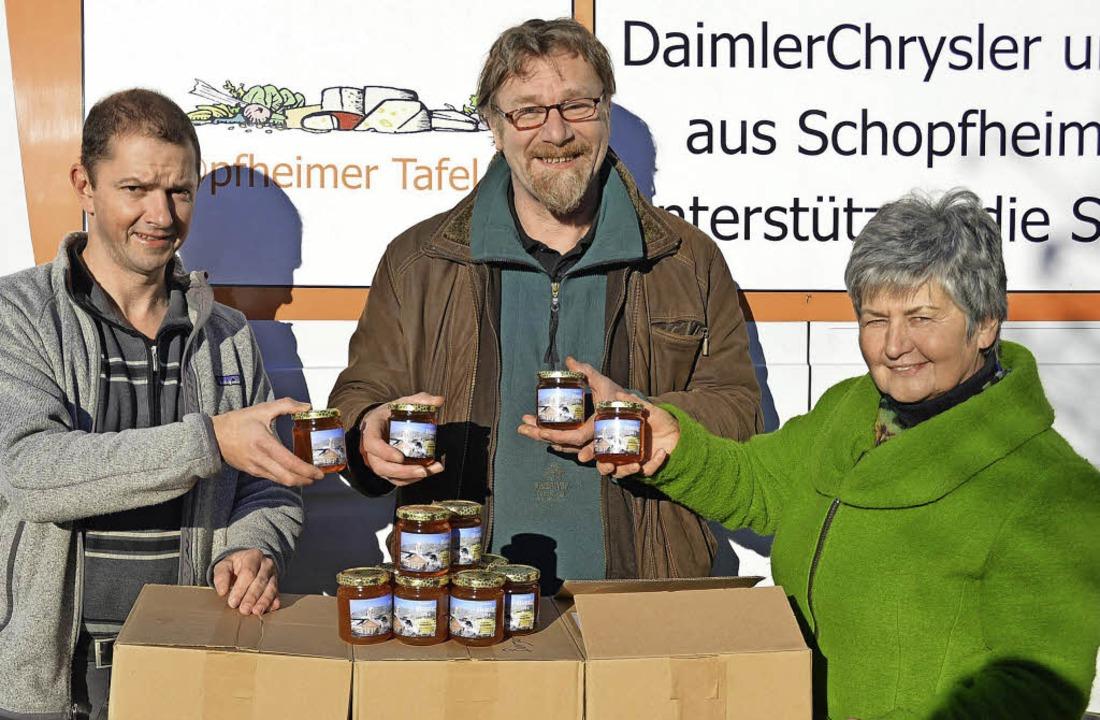 Honigsüße Spende vom Imkerverein Schop...er und Andreas König vom Imkerverein.   | Foto: Edgar Steinfelder
