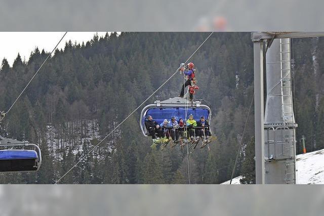 Bergwacht steigt Fahrgästen aufs Dach