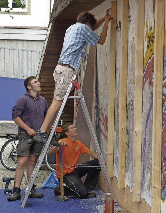 Maßarbeit für die Boulderwand im Juli diesen Jahres     Foto: Stellmach