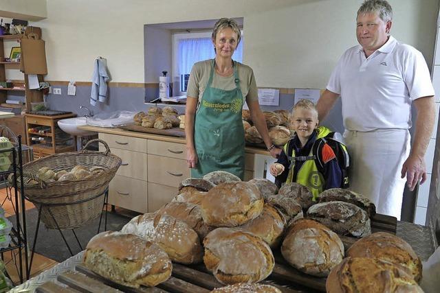 Im Niedereggener Hofladen gibt es frisches Brot - und mehr