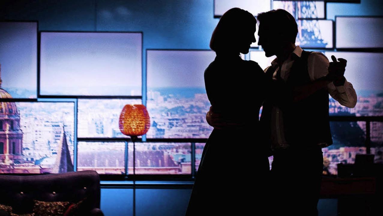 """In die Stadt der Liebe nahm die Komödi...auen"""" die Theaterbesucher  mit.     Foto: Martin Hannig"""