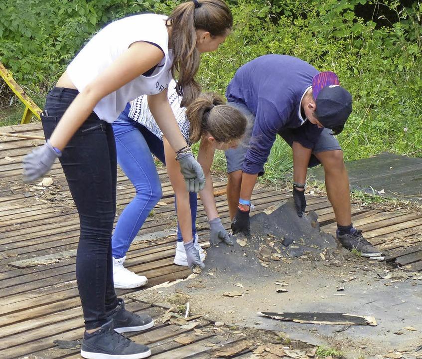Mit vereinten Kräften halfen die Jugendlichen beim Abräumen.   | Foto: Stellmach
