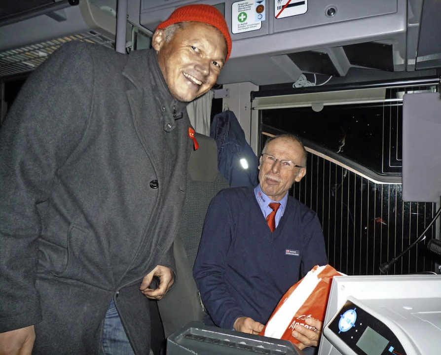 Der SPD-Landtagskandidat Walter Krögne...n Fahrgäste verteilte er Vespertüten.   | Foto: BZ