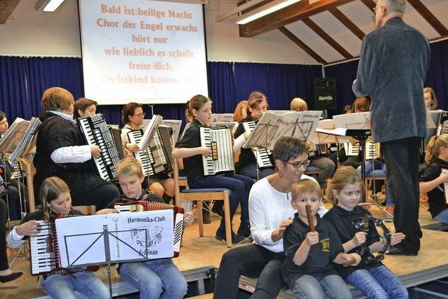 Junge Akkordeonisten erfreuen Eltern und Großeltern