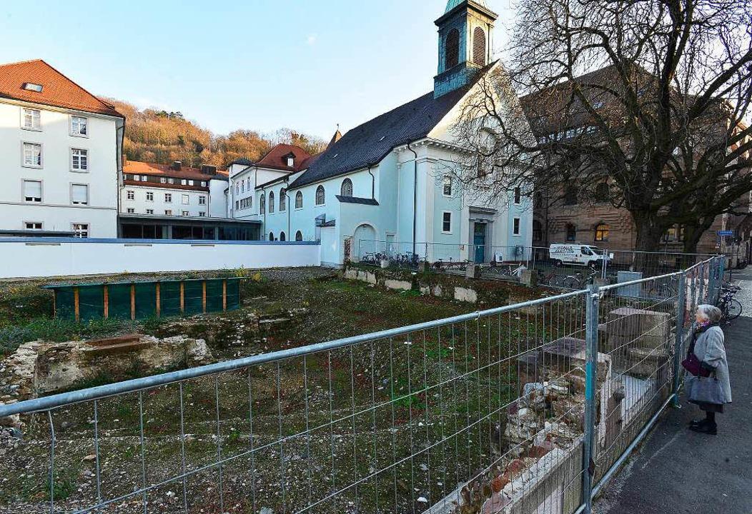 Seit mehr als zwei Jahren ist dieses G...ße neben der Konviktkirche eingezäunt.  | Foto: Ingo Schneider
