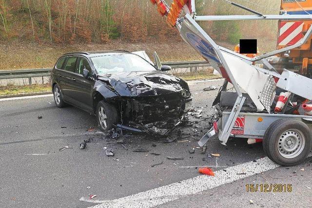 Autofahrer rammt mobile Warntafel – 60.000 Euro Schaden
