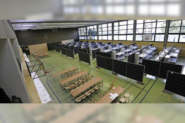 Die ersten 55 Flüchtlinge ziehen in die Sporthalle der Gewerbeschulen