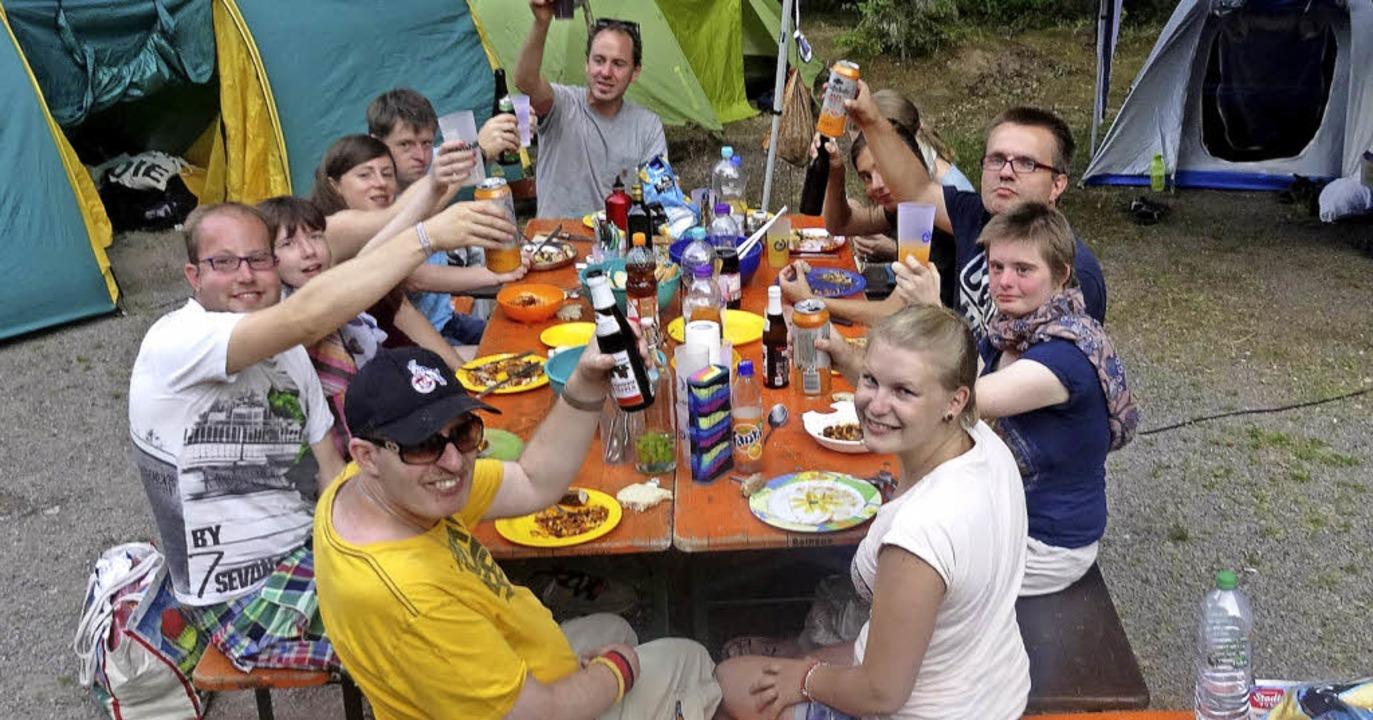 Ein Hoch auf die Freizeit der Lebenshi... hier beim Campingausflug in Titisee.   | Foto: privat
