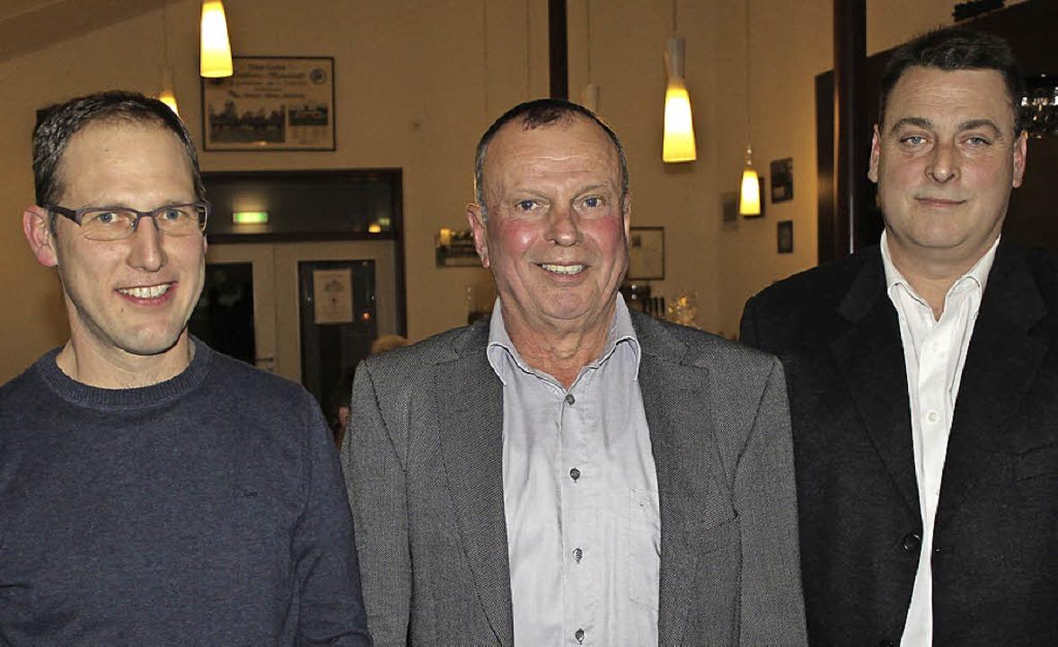 Max Dersch (Mitte,  links) hört nach 1...0 Jahre aktive Mitgliedschaft geehrt.     Foto: Mario Schöneberg