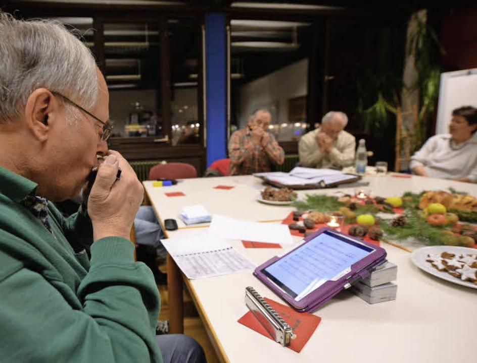 Traditionsreiche Instrumente und topmo...vom Tablet-Computer abgelesen werden.   | Foto: Patrick Seeger