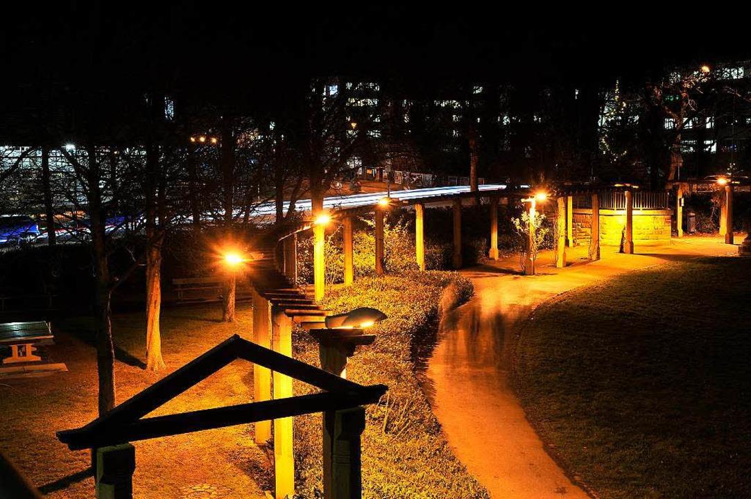 Hellere Leuchten sorgen endlich für me...nachts auf dem Stühlinger Kirchplatz.   | Foto: Thomas Kunz