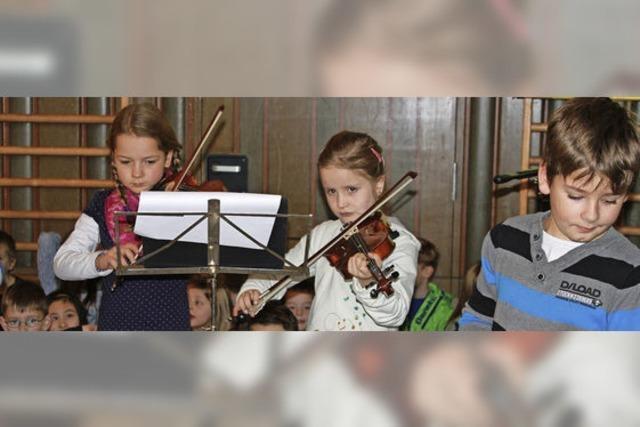 Kinder singen und musizieren im Advent