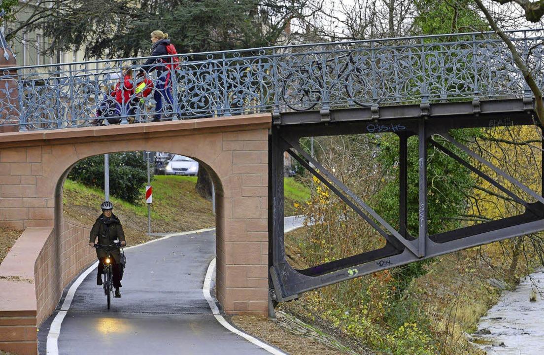 Wesentlich mehr Platz haben Radfahrer ...e unter dem Mariensteg hindurchfahren.  | Foto: ingo schneider
