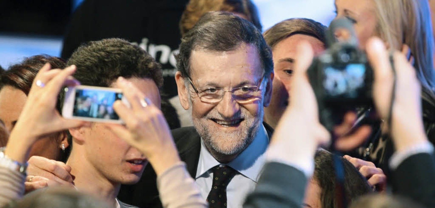 Gut gelaunt: Spaniens Premierminister ...ajoy bei einer Wahlkampfveranstaltung   | Foto: dpa/AFP