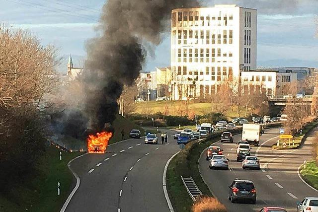 B3 bei Freiburg: Auto gerät in Flammen und behindert Verkehr