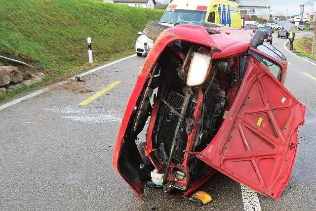 Autofahrerin vom Handy abgelenkt – Totalschaden