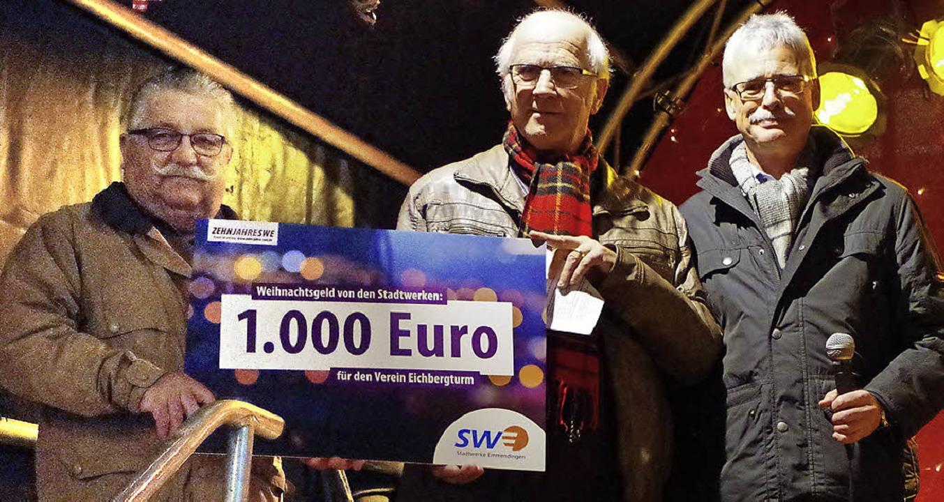 Jeweils 1000 Euro spendeten die Stadtw...in Volz vom Förderverein Eichbergturm.  | Foto: Katharina Bächle