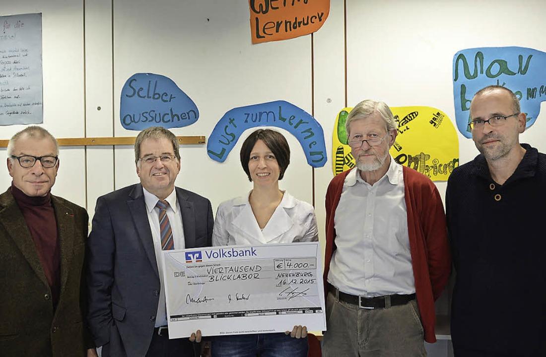 4000 Euro spendeten die Volksbank, der...ielhauer für ihr gemeinsames Projekt.   | Foto: Gina Kutkat
