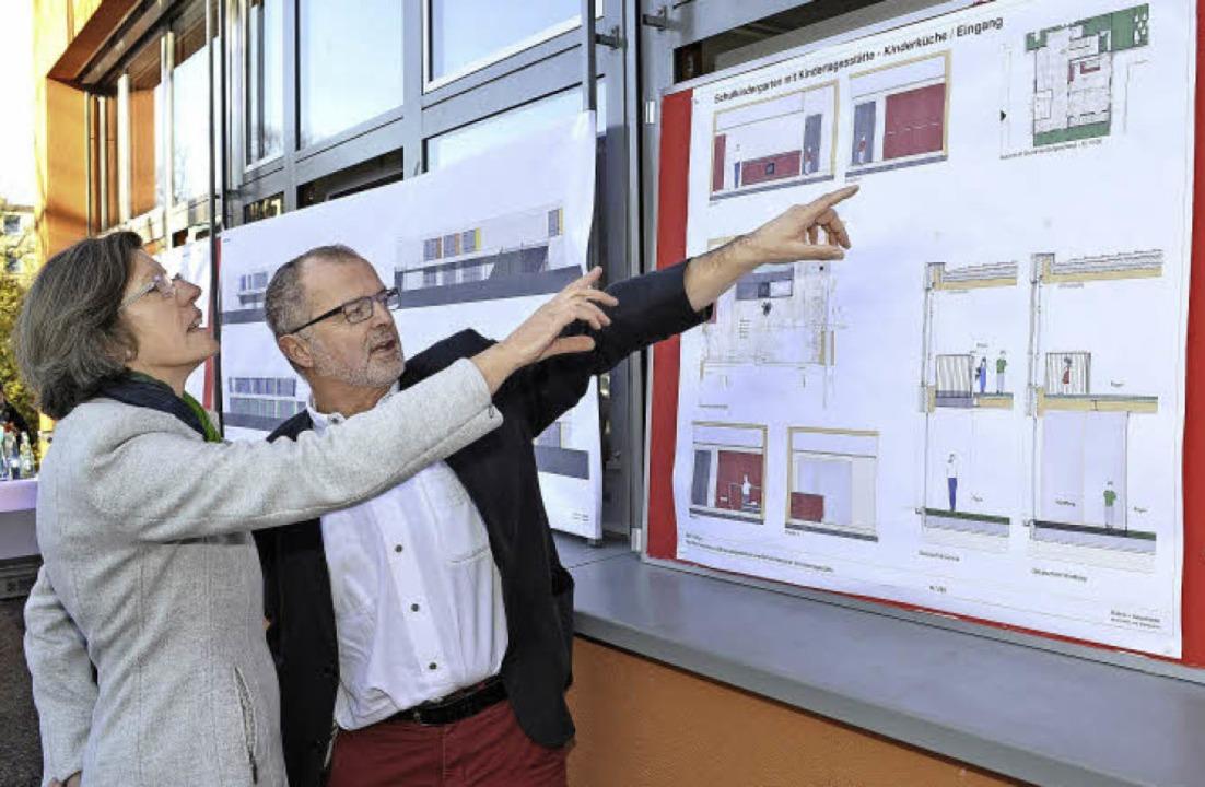 Architekt Hans Bühler vom Architekturb...germeisterin Gerda Stuchlik die Pläne.  | Foto: Thomas Kunz