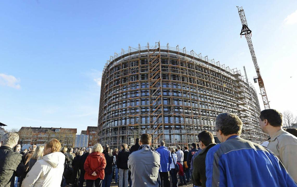 Ein Rohbau-Rundling von beeindruckende...aßen: das neue Rathaus beim Richtfest   | Foto: Rita Eggstein