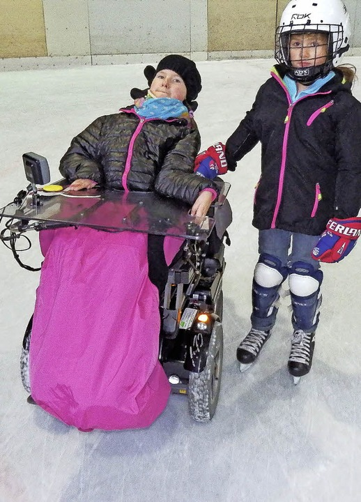 Mit dem Rollstuhl aufs Eis? Wieso nich... ihre kleine Schwester Amelie (rechts)  | Foto: Dorothee Soboll
