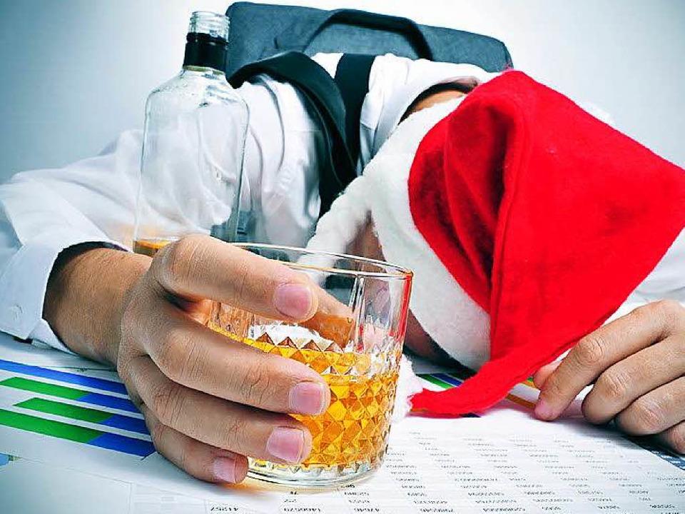 Alkohol Weihnachtsfeier.Betrunkener Mitarbeiter Rastet Bei Weihnachtsfeier Aus Rust