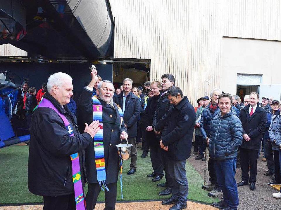 Pfarrer Traugott Weber segnete zusamme...Menschen, die sie nutzen und bedienen.  | Foto: Sebastian Barthmes