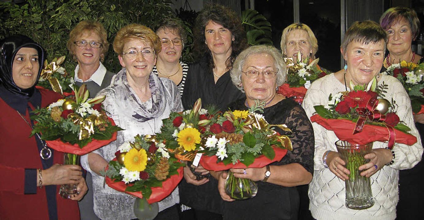 Langjährige Mitarbeiter des Seniorenze...rtner, Ana Schönfeld, Roberta Bosnjak   | Foto: St. Raphael
