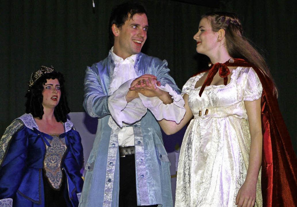 Neidisch blickte die böse Königin auf den verliebten Prinzen und Schneewittchen.    Foto: Herbert Trogus