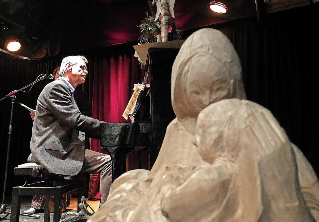 Jede Stunde Weihnachtslieder: Bernd Warkentin am Klavier.   | Foto: Martina David-Wenk