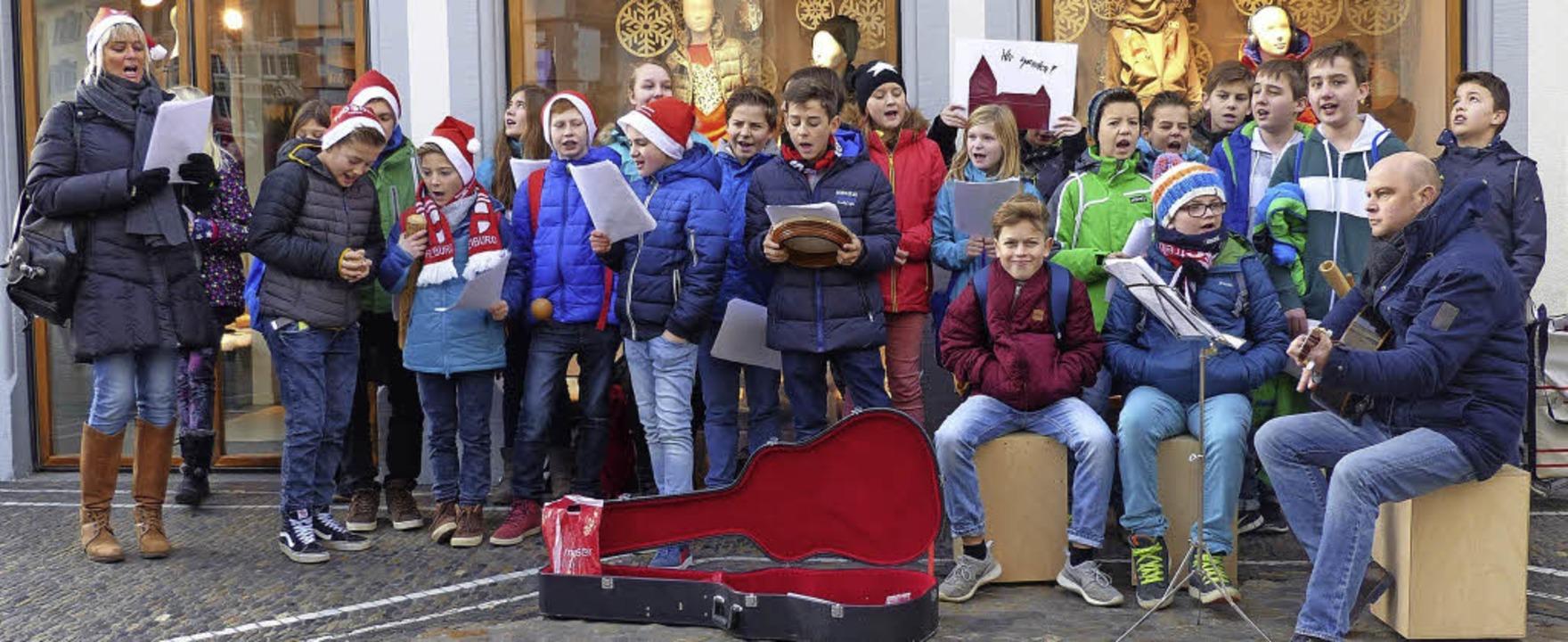 Die Realschüler aus Kirchzarten musizierten in der Freiburger Altstadt.   | Foto: Theo Runge