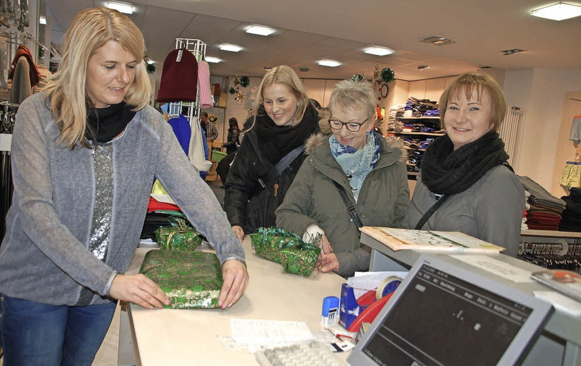 Viele Kunden lassen sich die Weihnachtsgeschenke gleich beim Einkauf verpacken.   | Foto: Petra Wunderle