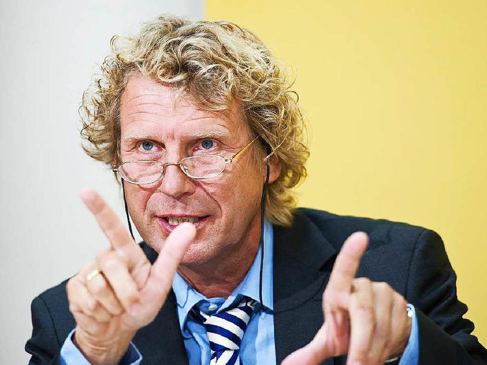 Bernd Raffelhüschen erhält die Ehrenmütze der Freiburger Fasnetrufer.  | Foto: dpa