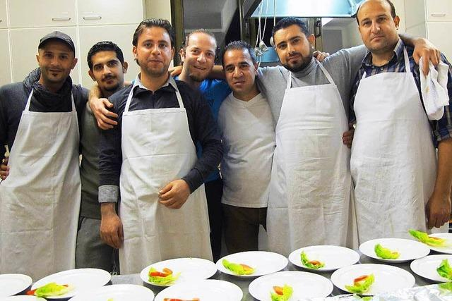 Flüchtlinge kochen ein köstliches Mahl