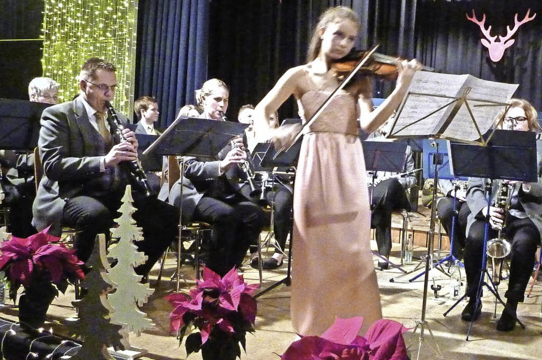 Die Geigerin Nicoletta Siedel beim Adventskonzert in Teningen  | Foto: Karlernst Lauffer