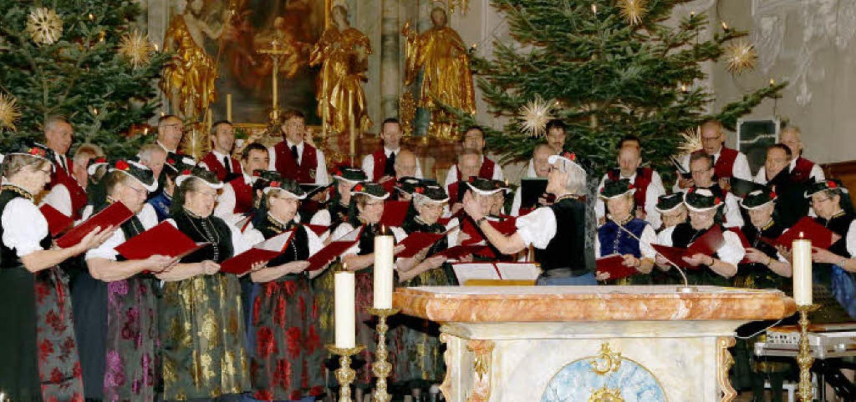 Der Landfrauenchor und der Männerchor ...ss des gelungenen Weihnachtskonzerts.   | Foto: Heinrich Fehrenbach