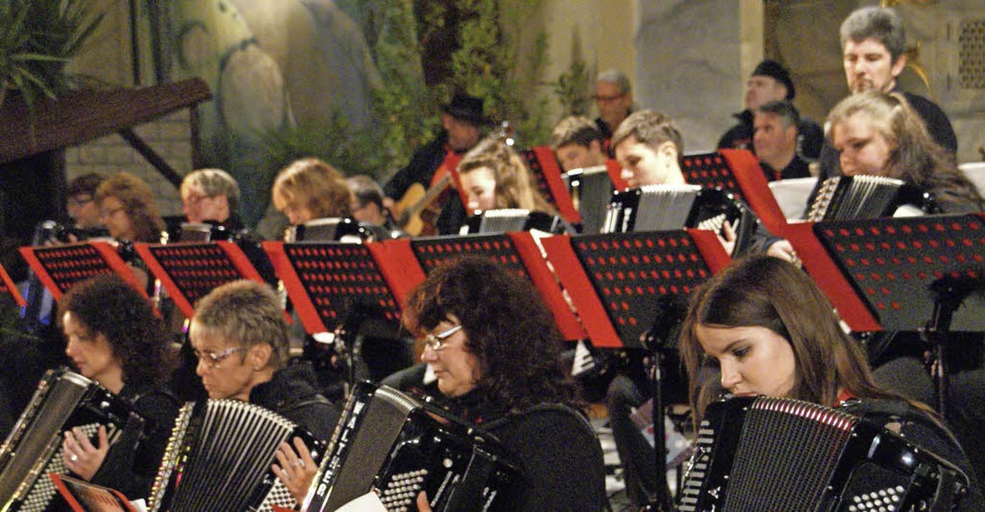 Stimmungsvolles Akkordeonspiel boten d...der des Harmonika-Orchesters Akonima.     Foto: Miloslavic
