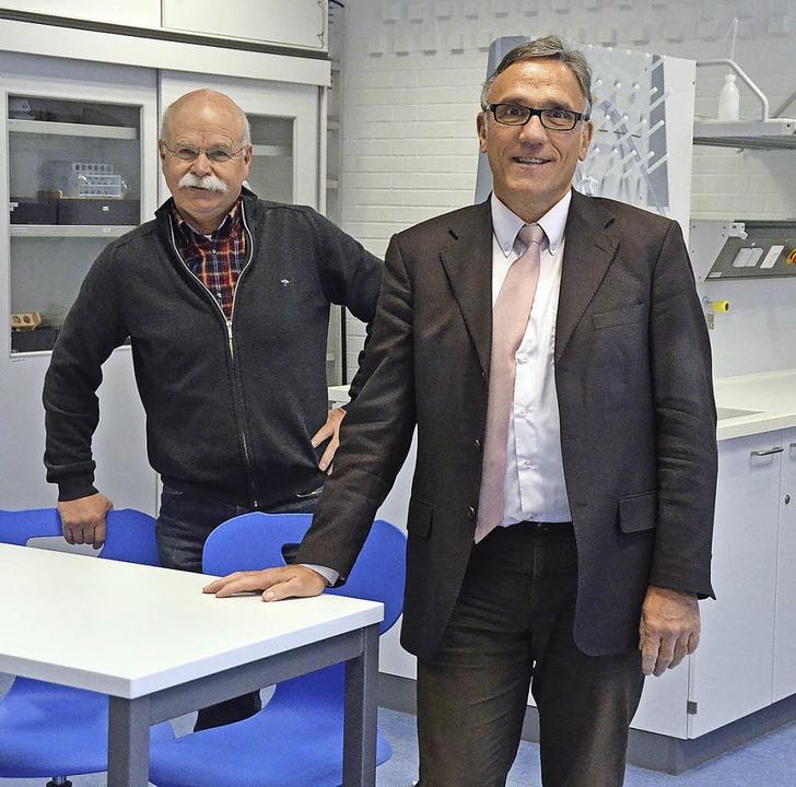 Darauf sind  Hubert Wischnewski  (rech..., die Chemieräume demnächst ebenfalls.    Foto: Ingrid Böhm-Jacob