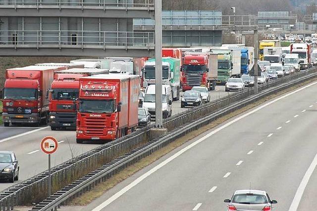 Lastwagen sollen runter von der A5 – damit es weniger Stau an der Grenze gibt