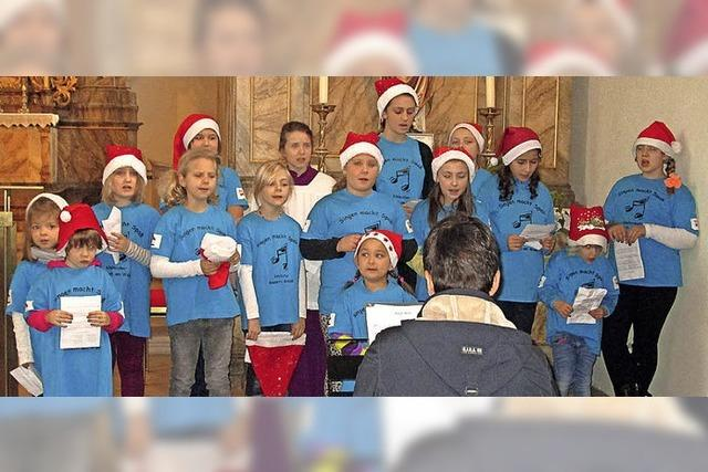 Kinder singen bei der Krippenfeier