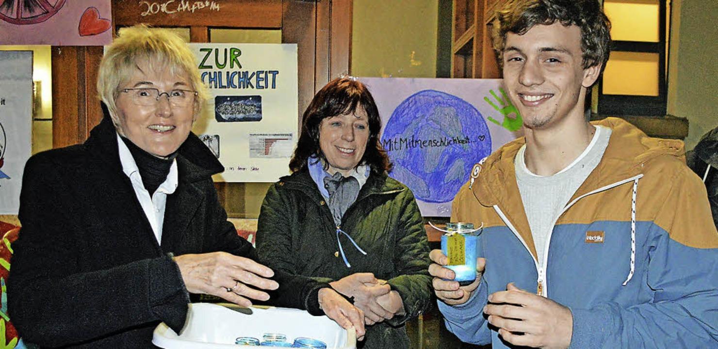 Gemeinderätin Petra Zentgraf (links) i...atorin Christine Boldt (Mitte) dankt.   | Foto: Gerhard Lück